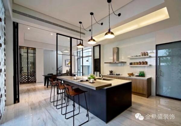 【简约时尚的温馨餐厨空间】厨房里稍显现代感的简约岛台,有着丰富的层次,而坐面被人性化设计的餐椅更增加了金属质感,深蓝色的岛台成为整个米白色厨房空间的一大亮点。