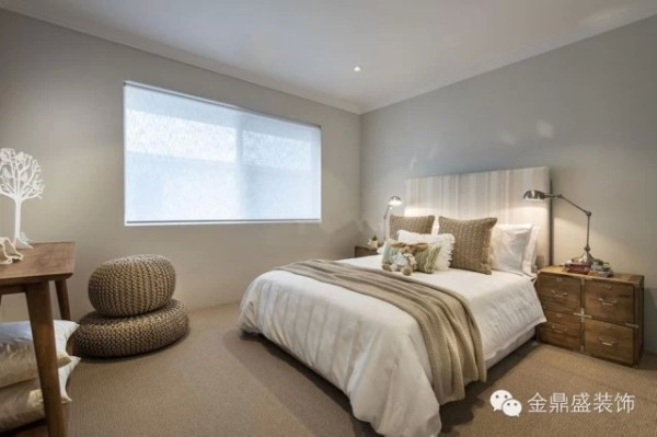 【别墅卧室装修效果图】喜欢家中放上些清新别致的物件,藤编的园椅,朦胧的纱帘,木质做旧的床头柜,组合在一起,有种自然的韵致在。喜爱现代简约风格的包容性。