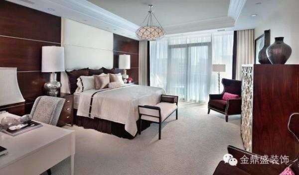 这款卧室设计中,棕色实木与白色墙面展示的卧室空间呈现清爽自如的一面。深沉的木色、柔和的浅银过渡,让你的视觉得到缓冲的效果,令亢奋的情绪得以平复。