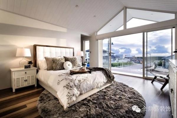 【别墅卧室装修效果图】大面积的落地窗,带来更开阔的视野。长绒地毯有种温馨的感觉。精致而不见繁复,追求品质而不刻意浮夸。现代简约不仅是一种设计风格,也能理解为一种生活态度。