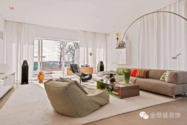 客厅以白色为基调,配以浅色沙发,地毯,大面积落地窗,使居室十分敞亮。