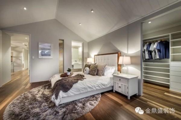 【别墅卧室装修效果图】从另一个角度看,才发现另有巧妙空间在。衣帽间的设置,无疑非常实用,并且不占据多少空间,嵌入式的设计还颇显别致。现代简约风格的巧妙让人折服。