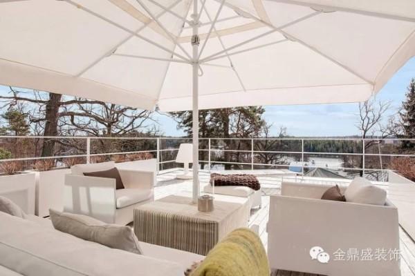 二楼的露台,白色的遮阳伞与白色沙发,茶几与靠垫点缀其中,视野非常好。
