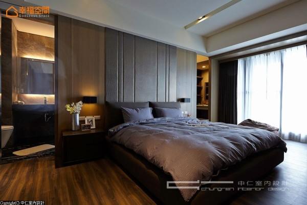 床头两侧对称式的动线设计,整合着卫浴以及更衣动线。