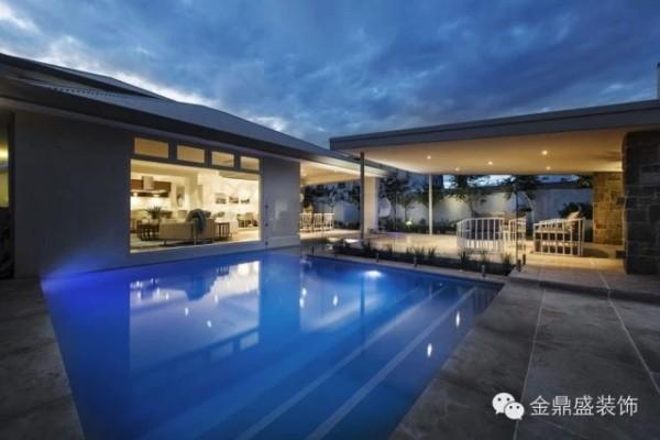 【别墅游泳池装修效果图】那澄碧的池水,不知盛满了多少仲夏夜之梦?谁说现代简约就不能有情调在?享受生活,是每个人的自由。舒适感的提升,也就在这些配套设施上体现。
