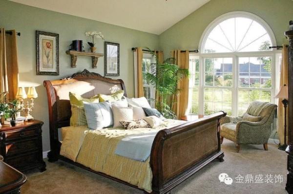 这款卧室设计中,豆沙绿的涂漆令空间颇具清新诱人的色彩效果,装饰画唯美的升腾起室内的艺术品位。浅木色宽敞的床头板在心理上给予人踏实安全的心灵保护作用。