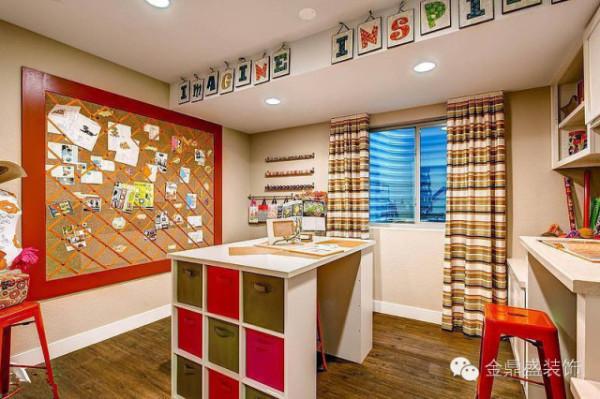 房间更需要多变的色彩,条纹窗帘、红色框的剪贴板适合孩子好动的个性,让孩子有了挥洒创意的空间,桌子彩色的抽屉实用漂亮,冷暖色调混搭出清新感觉。