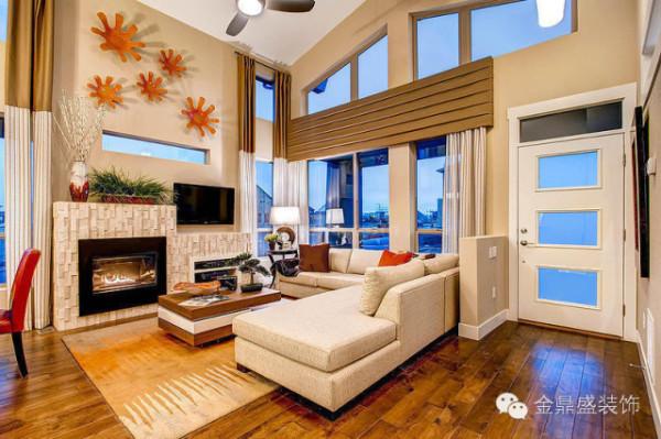 墙壁统一都是米黄色,是暖色调中给人感觉最温馨的色彩之一,中庸的视觉效果,给疲惫的身心一个自由释放的机会。大面积的米色配合金属褐色的装饰,呈现低调的奢华感,温馨大气;壁炉上方的橙色
