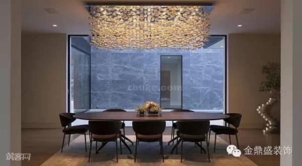 餐厅的一侧墙也开了一扇落地玻璃窗,其大小正好与餐桌长度一致,保证良好的视觉效果。垂落感的棕色水晶吊灯的加入,避免了餐厅沉闷感,也增添一抹浪漫情怀。