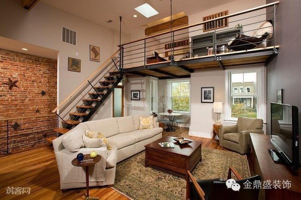 一层的客厅设计以白色为主,两扇窗户使得空间显得明亮和通透。红砖墙面引发人的怀旧情怀。木质和铁艺组合的工业感楼梯,自然的衔接了楼上和楼下,形成了自然的动线。