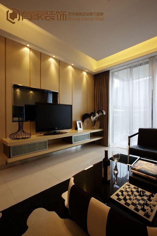电视背景墙选用了米黄色硬包来做点缀,屋主很是欢喜。起装饰作用的花瓶透露出现代的气韵,因为材质和整体造型的原因,混在整个大环境里,让客厅空间更为饱满有趣。
