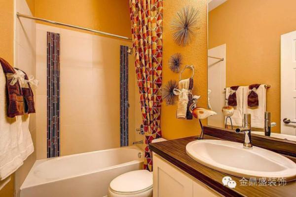 黄色墙面,如秋天枫林颜色般的浴帘,浴室温暖、热情,又让人放松。