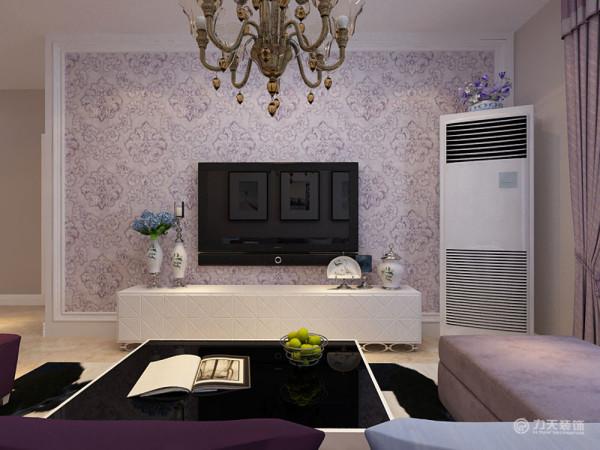 电视墙部分我们选用了紫色暗纹印花壁纸满贴,以石膏圈线收边,在家具的选用上也以紫色为主色调,搭配了一些相近色系比如蓝色等,整个空间简约大器,很有韵味,整个空间都很表现居住者的生活品质