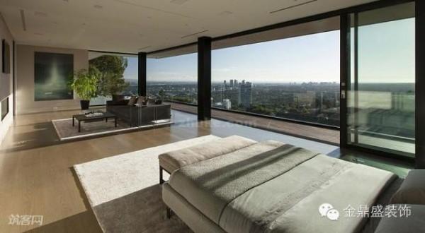 落地玻璃窗也是将阳光引入卧室最好的方法,让人自然的环境里休息。早晨起床后可以看到明媚的旭日,晚上睡觉前可以观看璀璨的星空