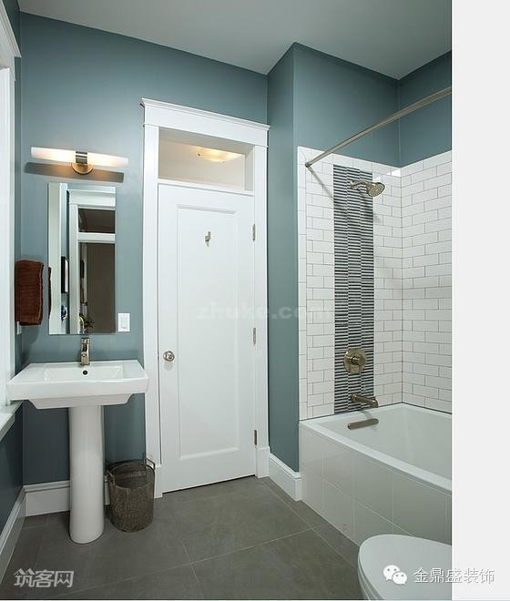 蓝色和白色搭配设计的卫生间,显得干净、清爽,也极具优雅的气质。