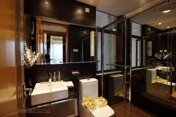 卫浴间里,空间不大,但还是为他们准备了一大面镜子以及花艺,给予他们一个最为闲适放松的地方。简单线条的卫浴柜满足卫浴间的基础收纳,墙面哑光黑砖跟地面砖相映成趣,不断提醒着这里是简约时尚的格调。