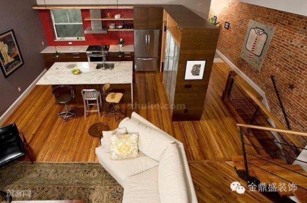 厨房一侧的橱柜起到了收纳作用,也起到分隔了厨房和过道的功能。