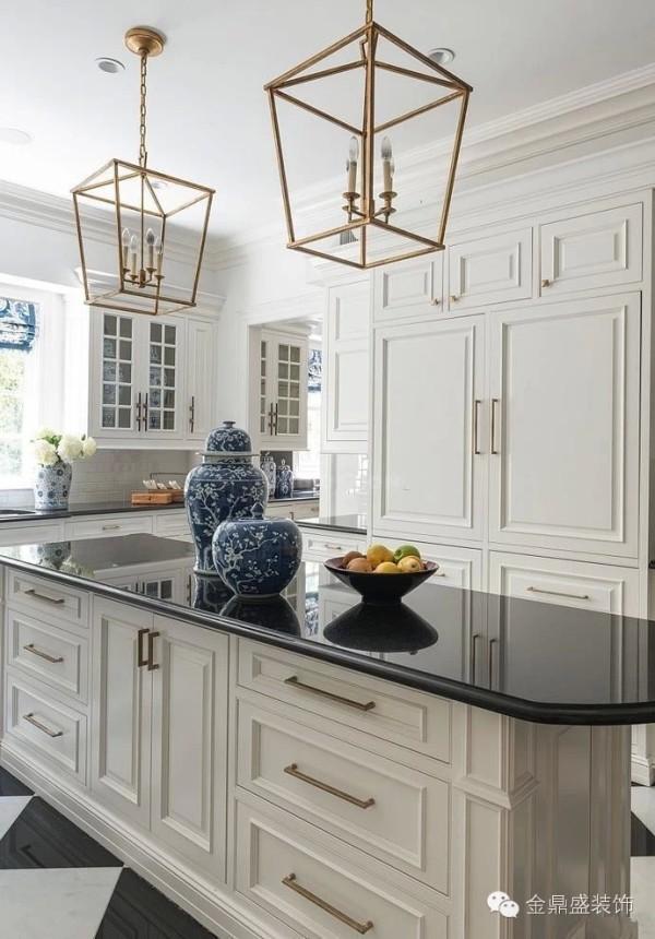 厨房以白色为主色调,给人以干净、整洁之感;整个空间以欧式装修风格为主;而其中的两个雕梅瓷瓶却展现了独具特色的中国风情。