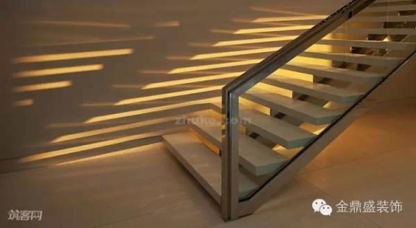 傍晚十分,楼梯在墙面的倒影,是如此的美妙!