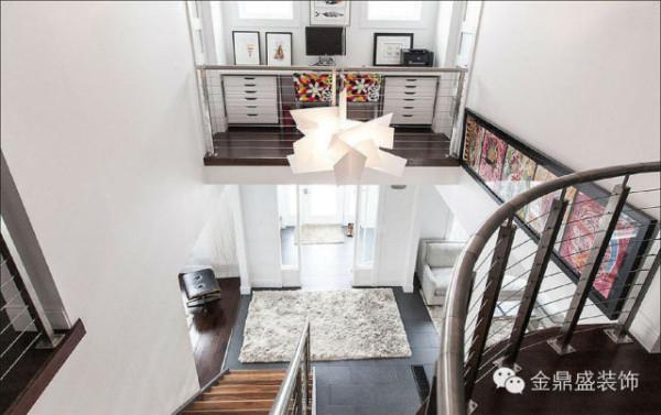 大门正对这楼梯间,吊灯至关重要,不规则的白色吊灯别具一格。