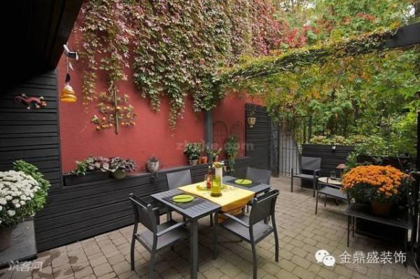 如果你家的别墅后有一块下陷式的空地,不妨打造出这样一个露天餐厅。红色的墙面、黑色的家具以及满墙的爬山虎,营造出自然、浪漫的用餐氛围。