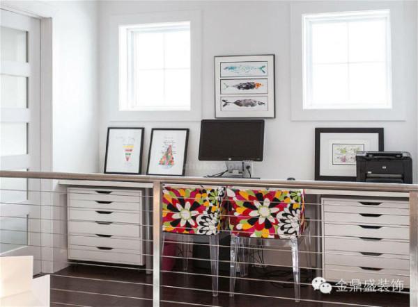 二楼的走廊虽然空间有限,但阳光充足,适合工作学习!狭长的简约书桌贴着墙壁安置,搭配上两把色彩艳丽的碎花靠椅,整个空间轻盈、靓丽。