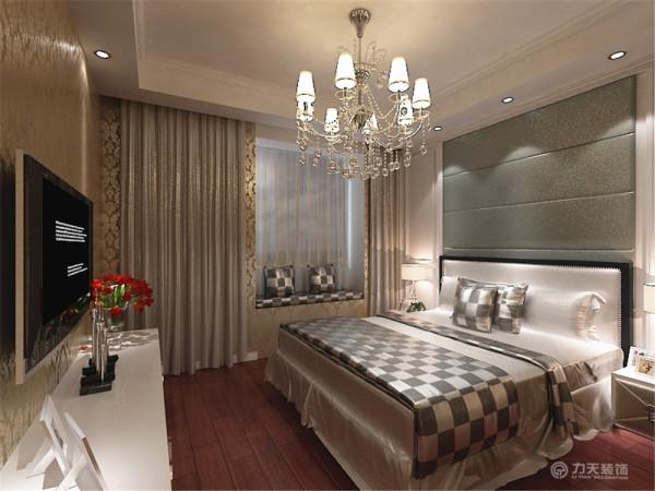 卧室的床头背景墙也带有浓郁的简欧风格,采用了白色的护墙板配合软包,飘窗的装饰和床相呼应,使之看起来温馨浪漫。