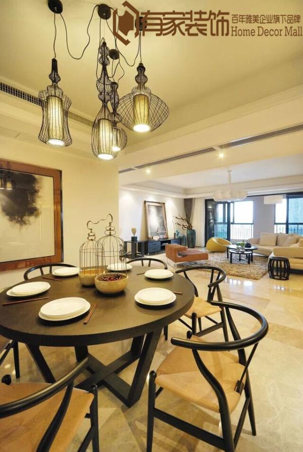 餐厅则要延续客厅的高雅格调,以优雅的扶手椅搭配圆型餐桌,让户主一家人可以在轻松愉悦的环境中细意品味生活。