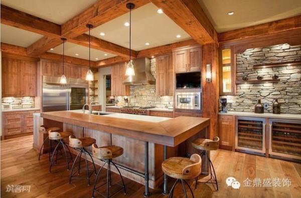 厨房的橱柜材质与木质吊顶的材质相呼应,使厨房与这个开放式的空间保持一致性。厨房墙面采用天然的石块铺贴,增添了大自然的味道,让人放佛身处山间!