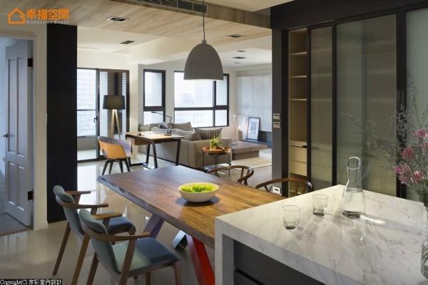 段落分明的开放式设计,让位于空间中心的餐厅也能拥有自然采光;右侧四扇雾面拉门,整合餐柜与客用卫浴门扇。