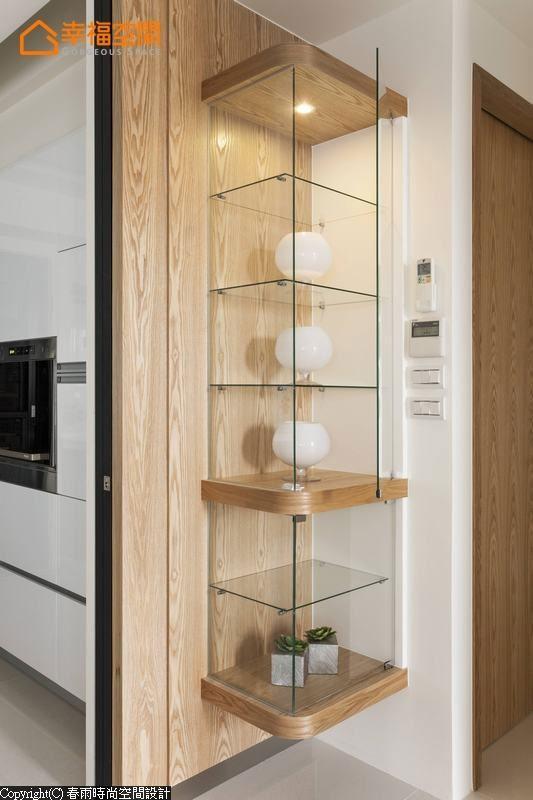 规划于角落的照明展示柜,作为进入私领域的转圜,也明亮丰富廊道动线。