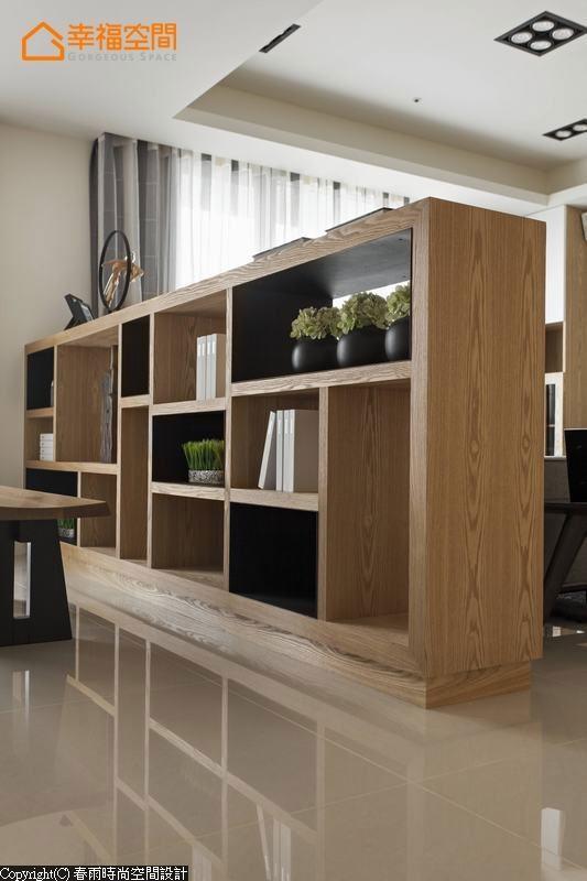 木工师傅现场订制的隔间高柜,另结合铁件内框增添设计变化。