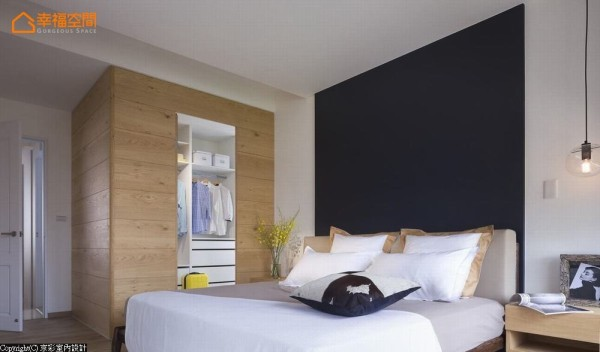延伸床头线条,深色的背墙画出卧室的视觉重心;利用原先进入床头后方卫浴的转折空间加以外推,浅色的木质空间整合衣物收纳、梳妆台及卫浴动线。