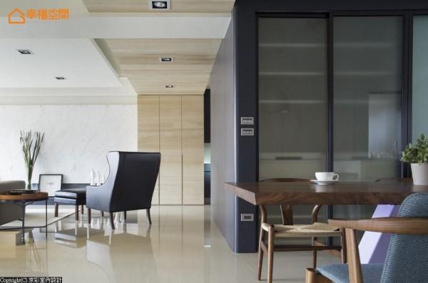 利用新增的储藏室空间,出入动线隐藏在玄关侧,餐厅侧嵌入收纳餐柜隔间,创造符合使用的收纳机能。