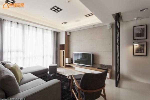 结合仿清水模壁纸、木作机柜与不锈钢面材衔接,呈现自然休闲的客厅氛围。