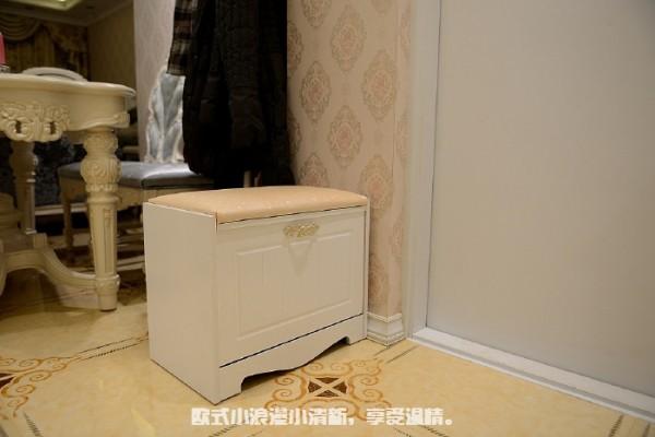 鞋柜对面一个换鞋凳,里面还能放两双鞋