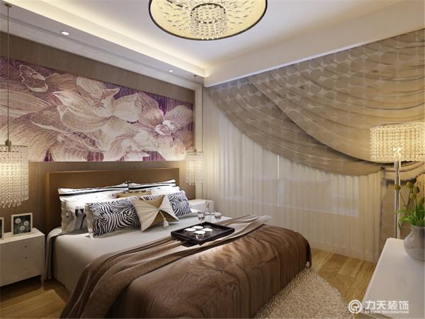 主卧的床头背景墙是用整体画为主,墙体是以暖色壁纸为主。衣柜是木质通顶衣柜。