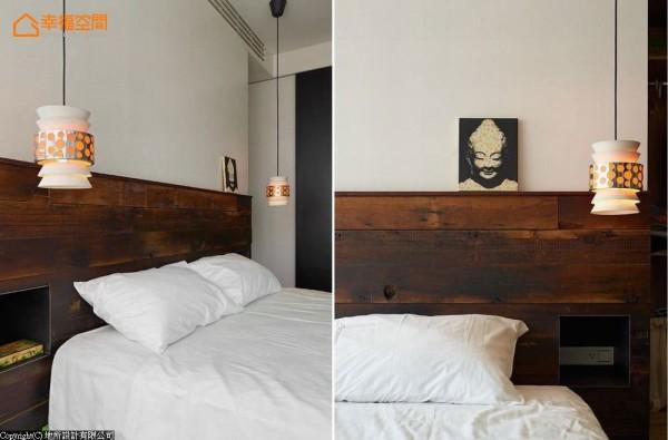 实木块床头板里另内嵌铁件柜体,取代传统床头桌配置,兼具设计感与实用机能。