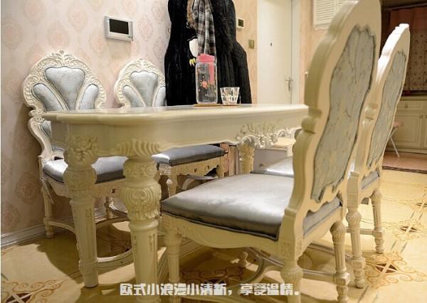 餐桌,一桌四椅,坐垫是皮质的,不像沙发是丝绒的