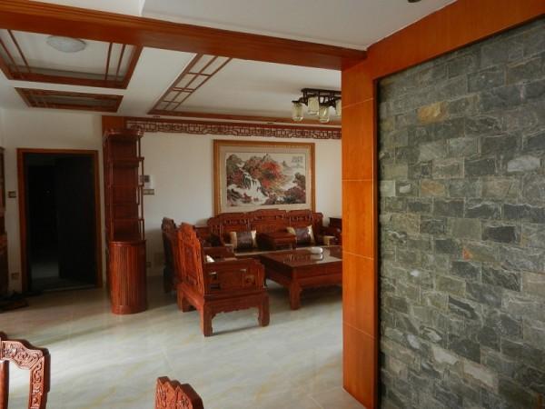客厅内大量传统的实木家具