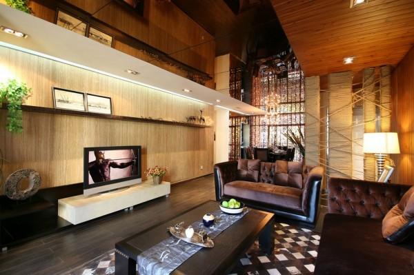 客厅:电视墙以原始木色加以收藏台,存储放置优美的艺术品,也餐厅相连处加以麻线饼柱,独特而优雅