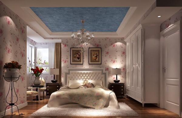 2、美式家居的卧室布置较为温馨,作为主人的私密空间,主要以功能性和实用舒适为考虑的重点,一般的卧室不设顶灯,多用温馨柔软的成套布艺来装点,同时在软装和用色上非常统一。