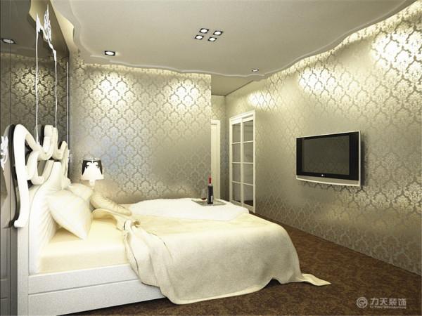 主卧放有一个双人床、床头柜和壁挂电视。窗户也比较大,从而可以看出主卧的通风性跟采光是完全没有什么问题的。接下来也是一个次卧,次卧有个双人床、床头柜和衣柜,摆设较为简单,活动范围也足够。