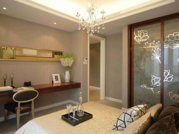 设计风格定义为现代风格。整体色调较为温馨,家具以暖黄木纹家具为主,配以色彩差别较高布纹抱枕,增添活跃元素。