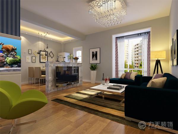 客厅地面通铺复合木地板,整个墙面刷蓝灰色乳胶漆,清新、自然,电视背景墙以简单石材台面为装饰,大约在1米高左右