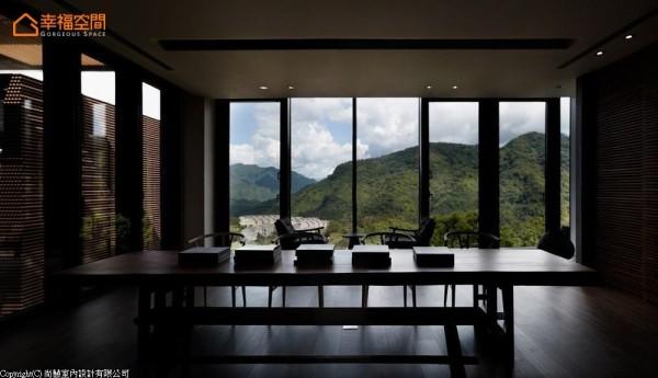 主卧楼层里,眺望山林的宽敞佐入原木长桌,可作为书房及品茗使用,坐看山景幻化同时也转折着睡眠前的心绪。