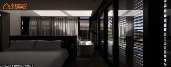半高的空心砖墙,释放着空间的分割,因此,床头背向隐藏入双槽式盥洗台面,搭配上开放式泡澡区的随性,户外山景有了多角度的观赏体验。