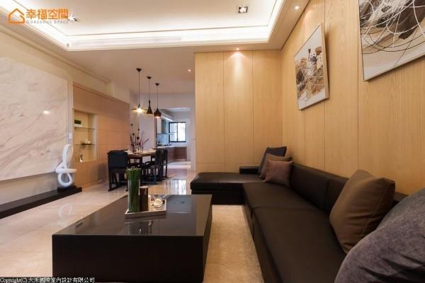 电视墙的石材转折至木质的餐柜,立面的变化区隔开放式的机能段落,让光、影、空气及视觉能够在屋内穿透与串联。