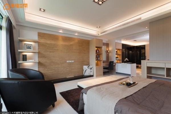 暖色调的整层卧室的设计,依长辈需求区分为卫浴区、更衣间、化妆区、休息区及休憩观景区(卧榻);电视墙面以洞石呈现贴近自然的空间质感。