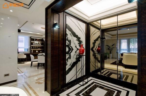 立面与地坪的纹理,透过茶镜反射放大且拉长空间景深。